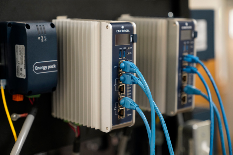 Le contrôleur de périphérie Emerson RX3i CPL410 fonctionne à la fois comme un API et comme un ordinateur polyvalent situé en périphérie, idéalement positionné pour exécuter des applications d'activation IIoT ouvertes.