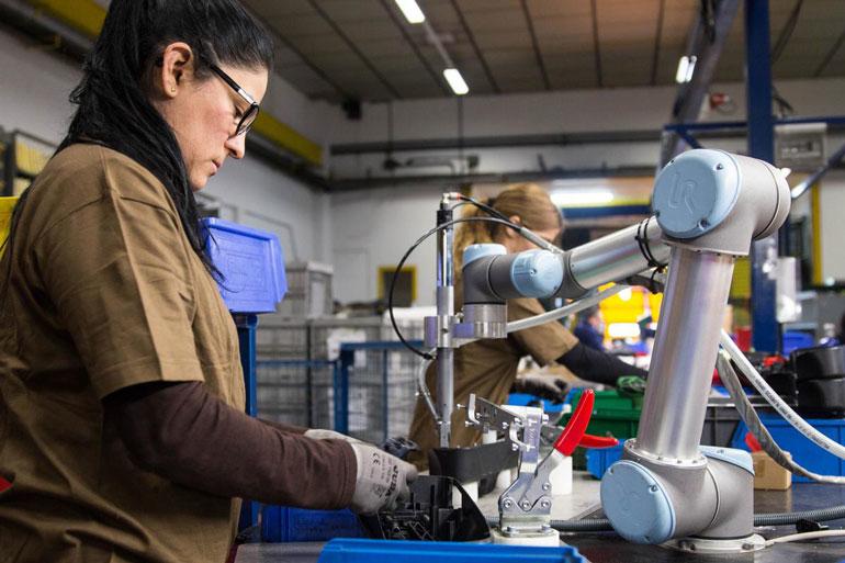 L'ajout de cobots à une ligne de production a longtemps aidé de nombreux clients UR à remédier aux pénuries de main-d'œuvre.
