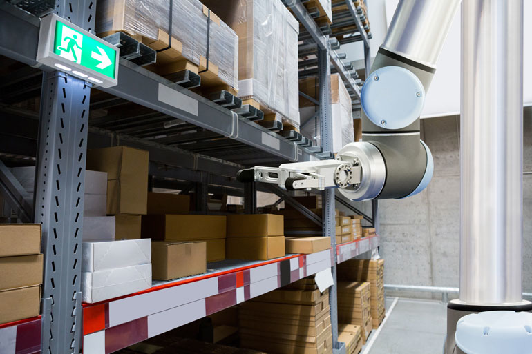 Un bras robotique installé pour une application d'entrepôt.