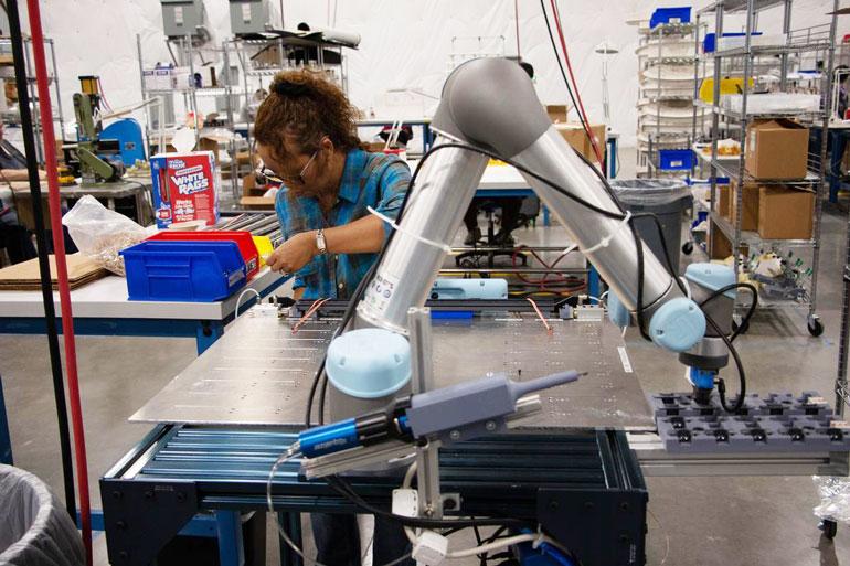 Le fabricant aérospatial de Seattle, Tool Gauge, a déployé un UR5 dans une application d'assemblage et de distribution de matières plastiques.