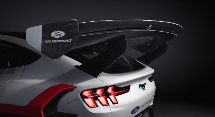 L'aileron arrière de la Mustang aide à garder la voiture collée à la route en fournissant 2300 lb d'appui en roulant à 160 mph, sa vitesse maximale.