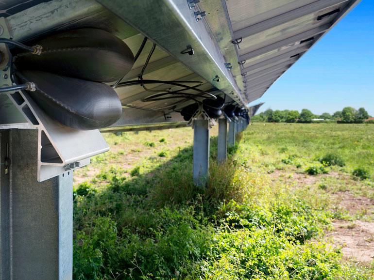 Le lecteur Sunfolding T29 utilise des vessies pour soulever et viser les panneaux solaires.