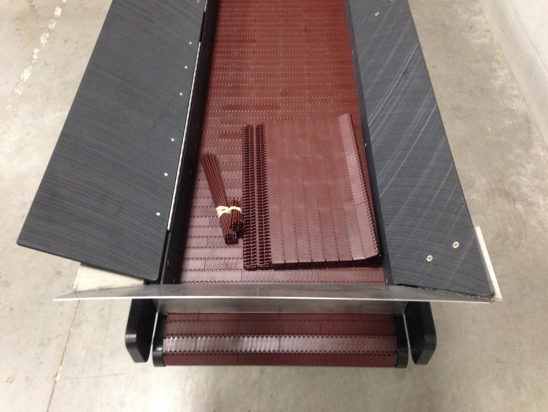 La bande transporteuse en nylon brunâtre haute température est modulaire et peut être réparée rapidement pour minimiser les temps d'arrêt.