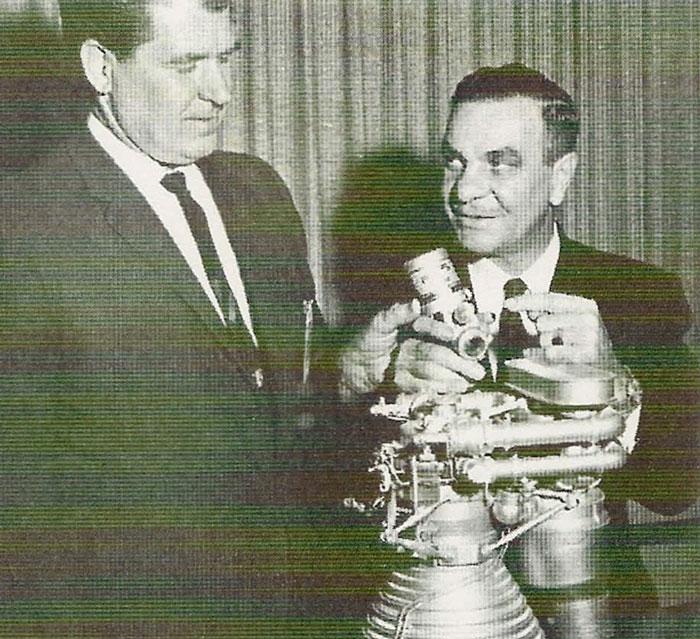 Le fondateur de Marotta Controls, Pat Marotta (à droite), avec le pionnier de l'aérospatiale et architecte spatial Wernher von Braun (à gauche).