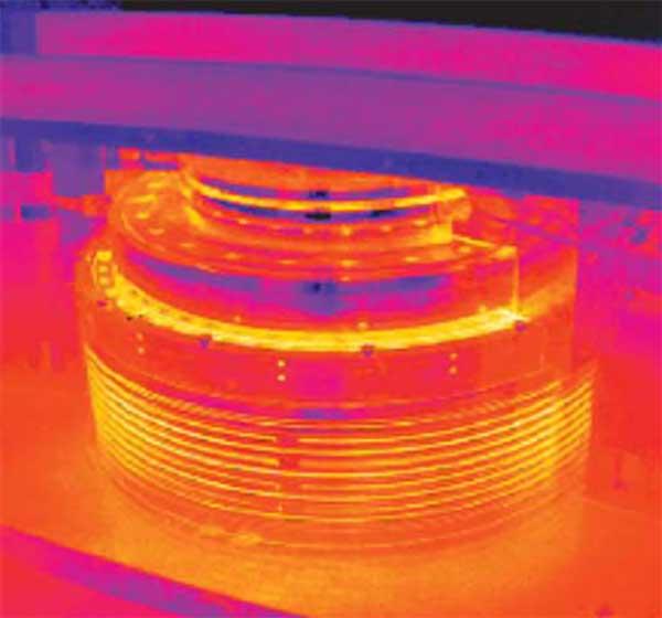 L'image thermique en haut montre la température inférieure du moteur pour un codeur d'angle optique utilisé pour le contrôle de position par rapport aux températures plus élevées créées par un codeur non optique, comme on le voit en bas.