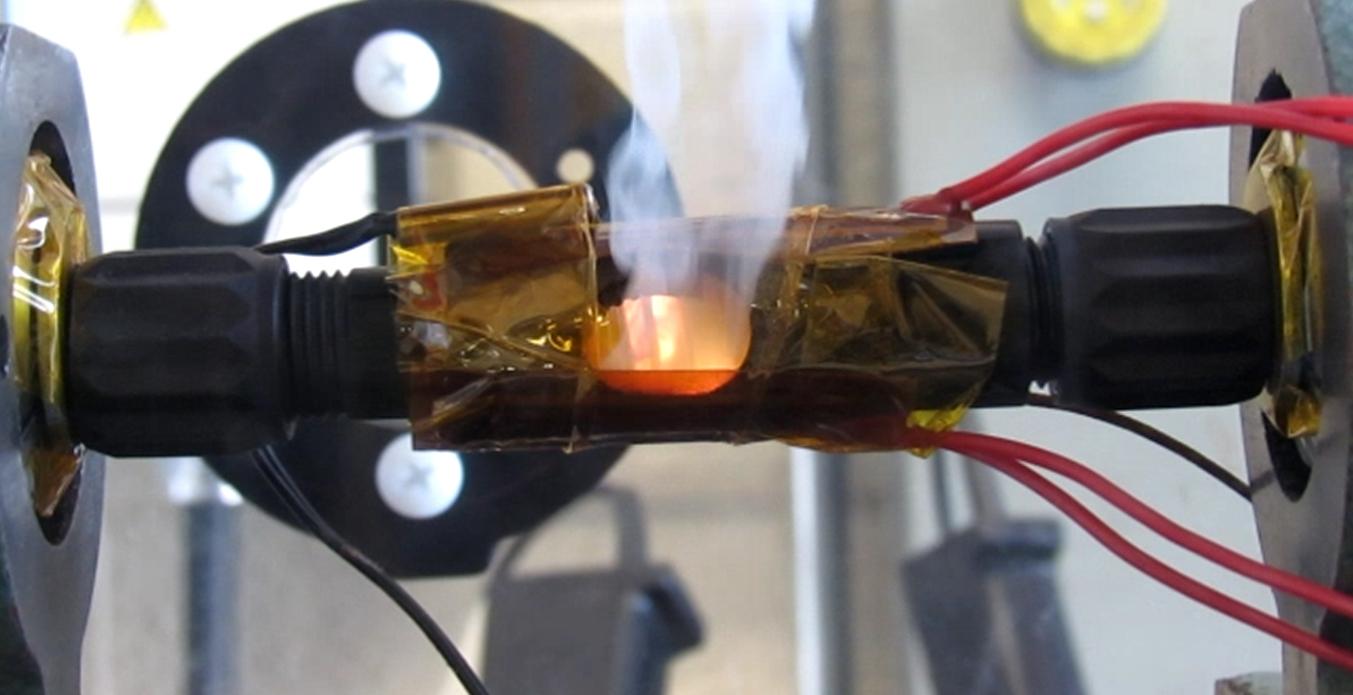 S'il y avait une étincelle, un polymère dans les connecteurs en ligne fondrait et un ressort s'étendrait à l'intérieur de celui-ci pour élargir l'éclateur et arrêter les flammes, comme le montre cette photo.