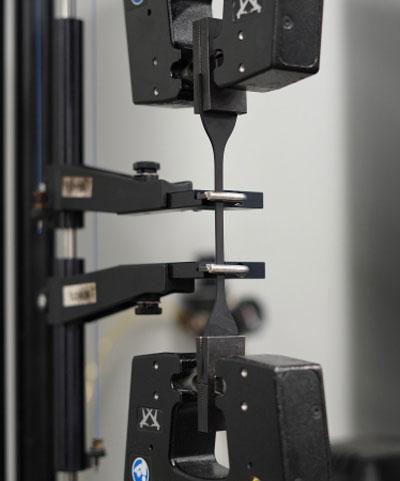 Les fournisseurs de caoutchouc testent leurs matériaux pour s'assurer qu'ils répondent à des spécifications exigeantes.  Ici, le caoutchouc est testé en stretch.